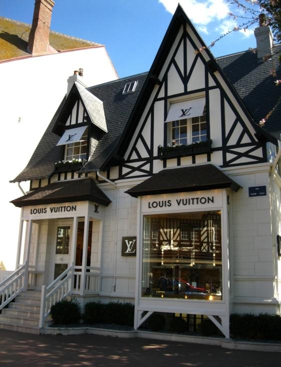 Le magasin Louis Vuitton est situé en plein centre ville de Deauville, rue Eugène Colas