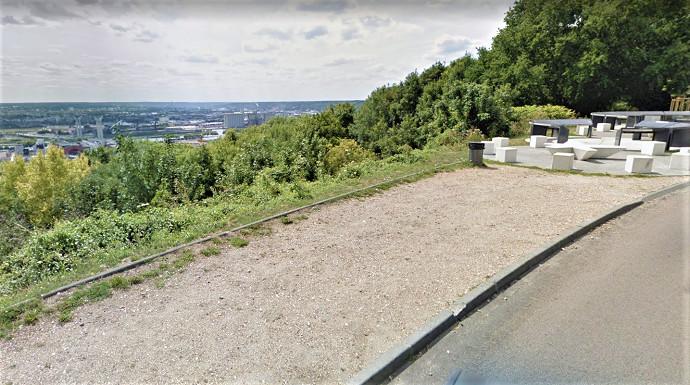"""La voiture a quitté la route et a chuté en contrebas. Elle s""""est immobilisée 20 m plus bas contre un arbre - Illustration © Google Maps"""