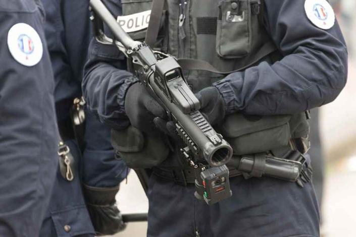 Les forces de l'ordre ont fait usage d'un lanceur de balles de défense et de grenades lacrymogènes pour disperser le groupe d'assaillants - Illustration © Adobe Stock