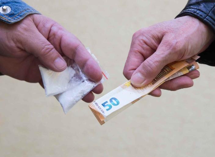 Héroine, cocaïne, résine de cannabis et argent en petites coupures ont été saisis lors de l'opération à Rouen - Illustration © Adobe Stock
