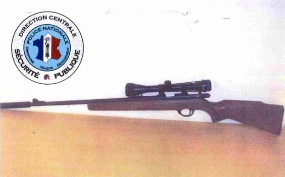 La carabine du tireur équipée d'un silencieux et d'une lunette de visée a été saisie par les policiers