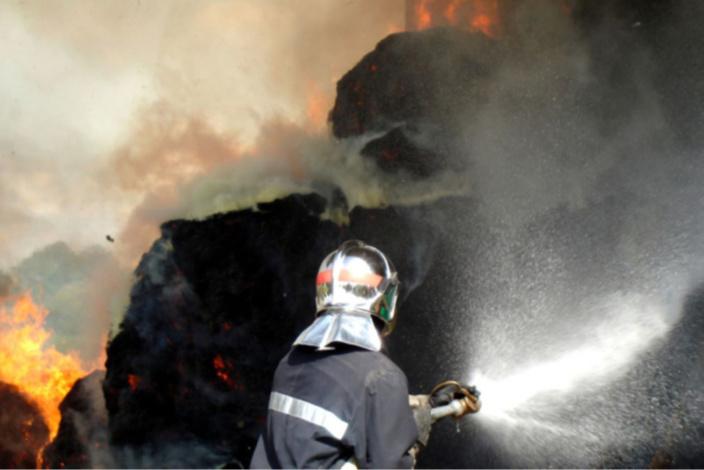 Les sapeurs-pompiers ont établi quatre lances à incendie pour venir à bout du sinistre - Illustration