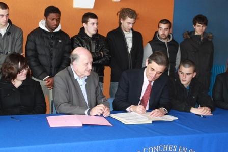 """Alfred Recours (à gauche) a signé avec le préfet Dominique Sorain les douze premières conventions """"emplois d'avenir"""" de la communauté de communes qu'il préside"""