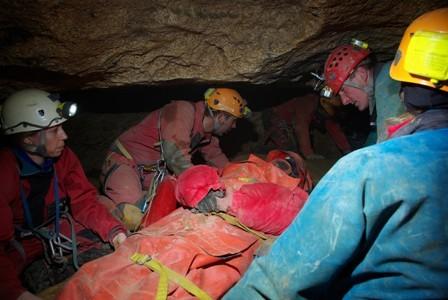 Les secours ont démontré leur savoir-faire pour évacuer une victime prisonnière dans les grottes de Caumont