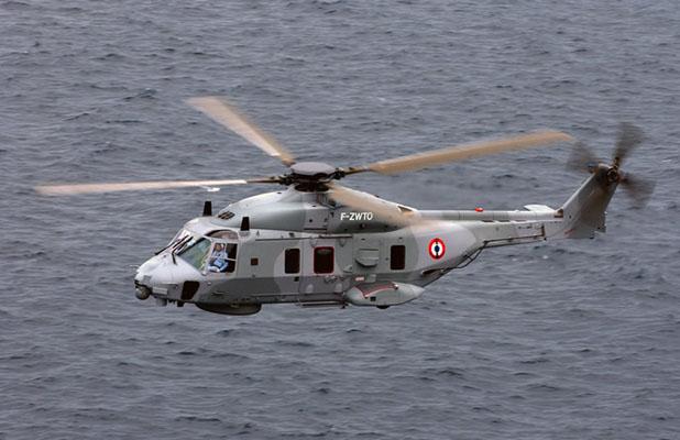 Un plongeur et une motopompe embarqués à bord de l'hélicoptère Caïman de la Marine nationale ont été hélitreuillés sur le pont du navire de pêche - Illustration @ Marine nationale