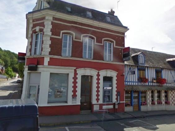 Le distributeur de billets sur la façade de la banque rue de la Soie à l'angle de la rue du Maréchal Leclerc a volé en éclats (photo d'archives)