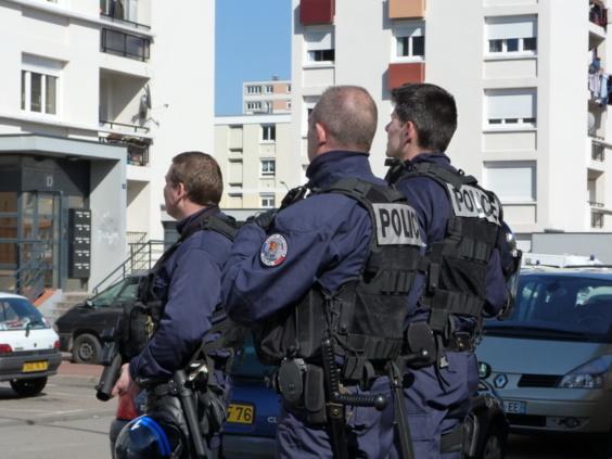 Des hommes de la compagnie d'intervention prennent position à proximité de l'immeuble où est retranché l'un des assaillants (Photos DR)