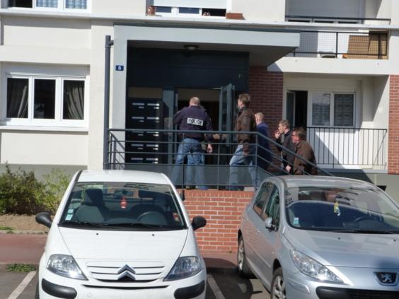 Les forces de l'ordre ont enfoncé la porte de l'appartement où vit l'homme qu'ils recherchent