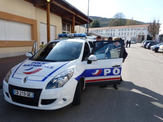 L'un des émeutiers a été conduit à l'hôtel de police pour y être placé en garde à vue