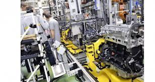 L'usine de Cléon, fabrique des moteurs et des boites de vitesse. 4000 salariés environ y travaillent.