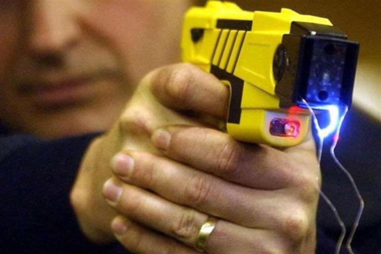 Les policiers ont maîtrisé la jeune femme au moyen d'un pistolet à impulsion électrique en mode contact - illustration