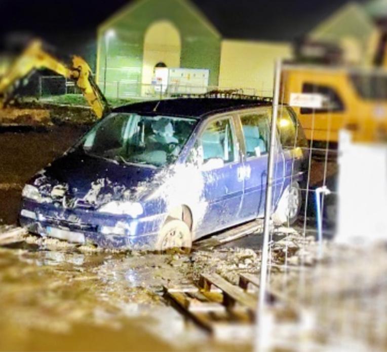 Les suspects ont embourbé leur voiture (Peugeot 806) sur le chantier - photo @ DDSP76