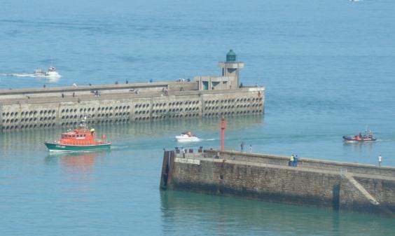 La vedette des sauveteurs en mer de la SNSM de Dieppe a remorqué le bateau de plaisance jusqu'au port de Dieppe (photo Préfecture maritime)
