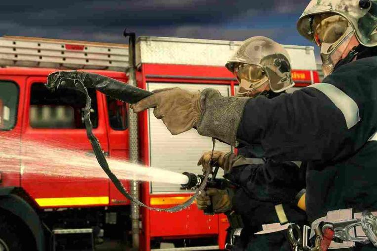 Vingt sapeurs-pompiers munis de trois lances ont été engagés durant plusieurs heures cette nuit - Illustration © Adobe Stock