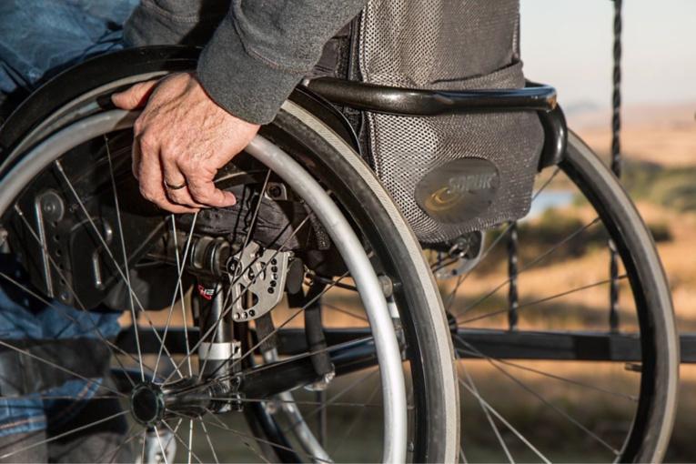 Le feu est parti au niveau du fauteuil roulant électrique - illustration @ Pixabay