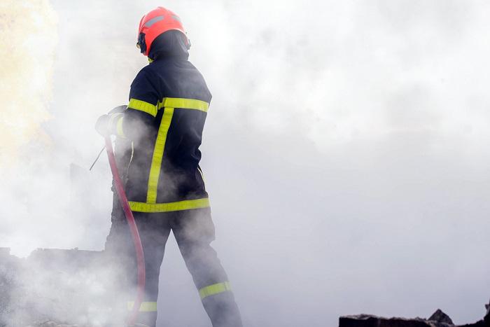 A l'arrivée des sapeurs-pompiers, le feu avait embrasé le véhicule et dégageait une épaisse fumée - Illustration