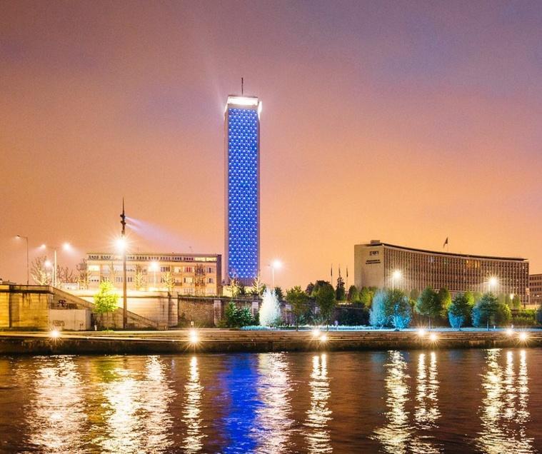 Lors de la journée des droits de l'enfant en 2020, la Tour des archives, à Rouen, avait été illuminée en bleu - Photo © Département de la Seine-Maritime