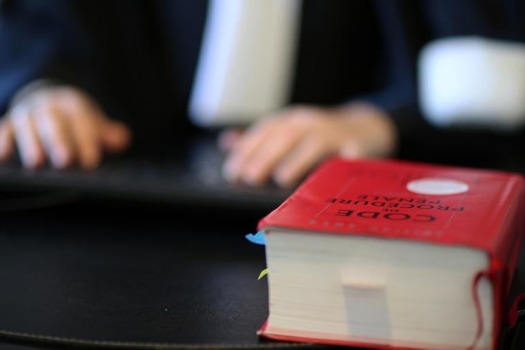 Présenté en début de semaine à un juge d'instruction, l'auteur présumé des coups de couteau a été mis en examen pour assassinat, ce qui signifie que la préméditation a été retenue contre lui - Illustration © Adobe