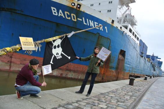 Des membres de Robin des Bois sont venus manifester symboliquement au pied du Baco Liner 1, ce vendredi 17 mai à Rouen (Photo Infonormandie.com)