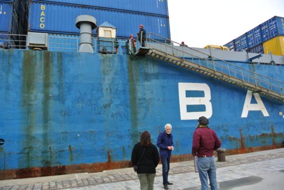 Brève discussion entre Jacky Bonnemain, porte-parole de Robin des Bois, et les membres de l'équipage (Photo Infonormandie.com)