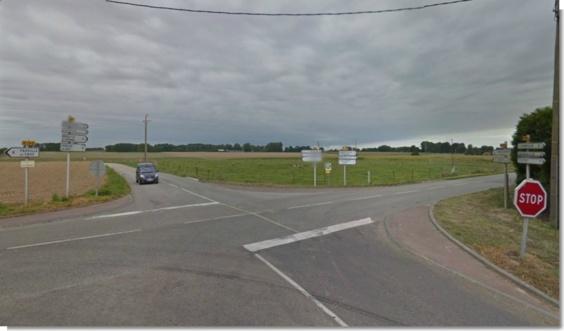 """Le conducteur de la Renault qui circulait sur la D5, traversait la D149 pour aller tout droit en direction d'Ourville-en-Caux au moment de la collision. Il n'aurait pas observé d'arrêt au """"stop"""" selon des témoins. La fourgonnette de 9 places arrivait elle de Fauville-en-Caux par la D149 (photo Google Maps)"""