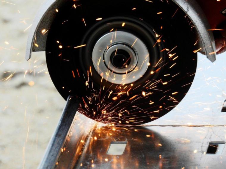 Les gerbes d'étincelles ont attiré l'attention d'un témoin. La disqueuse a été découverte dans la voiture des suspects - Illustration @ Pixabay