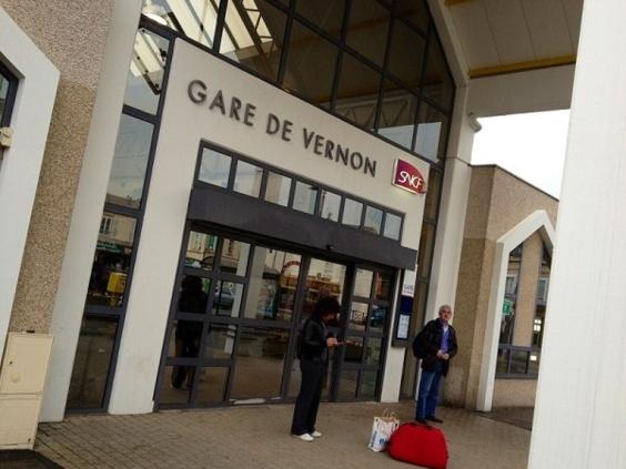 Les passagers du Paris-Rouen ont été évacués en gare de Vernon, avant de réembarquer  dans le train suivant (photo Infonormandie.com)