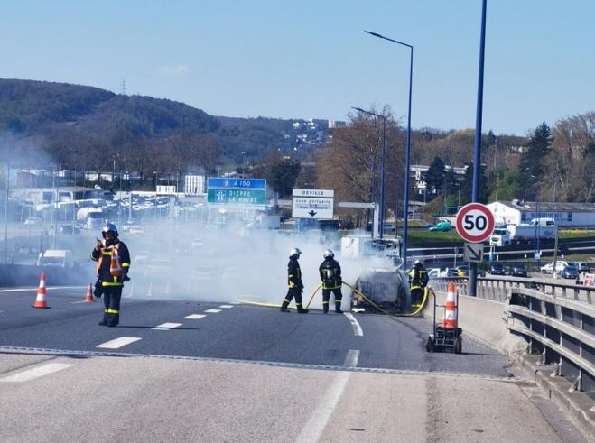 Le véhicule est immobilisé sur la bande d'arrêt d'urgence en direction de la rive droite -Photo © DR