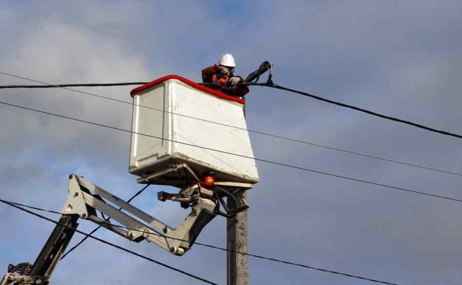 Une sorte d'arc électrique s'est produit au sommet du poteau - Illustration © Adobe Stock
