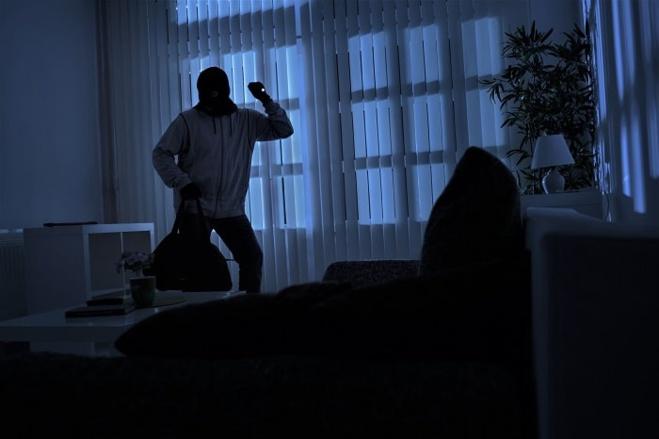 Les deux cambrioleurs ont pénétré dans la maison sans commettre d'effraction - Illustration © Adobe Stock