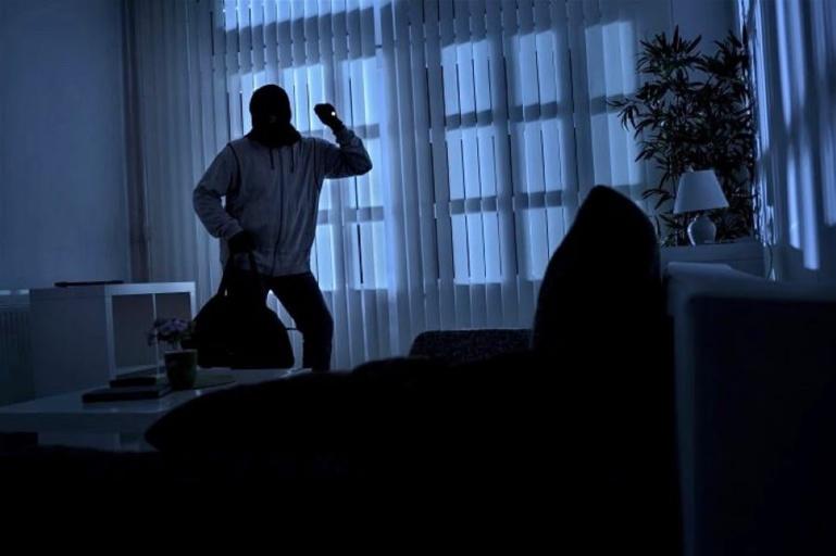 Au Mesnil-Saint-Denis, réveillés dans la nuit par des bruits suspects, les victimes ont mis en fuite les cambrioleurs -  Illustration © Adobe Stock