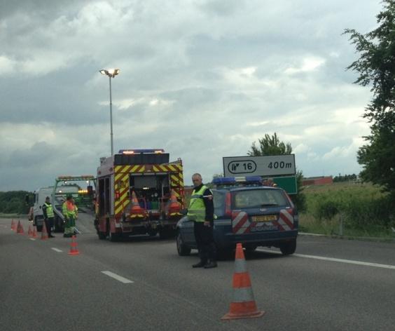 La circulation a été neutralisée sur la voie de droite où le véhicule s'est retourné sur le toit (photo Infonormandie)