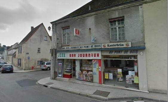 Martine Tessier tenait ce café-journaux depuis un peu oplus de dix ans. Elle a été retrouvée morte sur son lit dans l'appartement situé au dessus du commerce    (Google Street View)