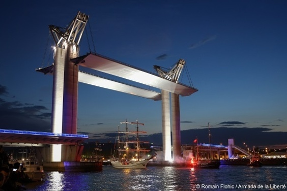 Le passage des bateaux sous le pont Flaubert : un beau spectacle en perspective (photo Romain Flohic / Armada)