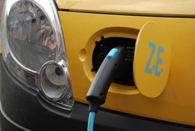 Dix facteurs du Havre inaugurent la voiture électrique