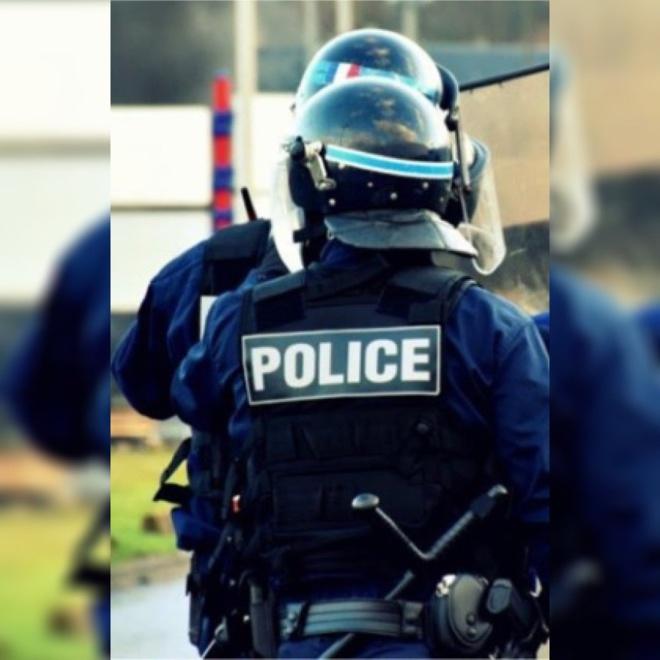 Les policiers n'hésitent plus à riposter avec leur armement collectif pour rétablir l'ordre - Illustration © DDSP76