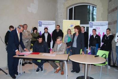 Lors de la signature des conventions lundi à Rouen entre La Poste et ses partenaires