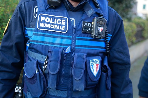 Malgré les injonctions des policiers municipaux qui lui faisaiert signe de s'arrêter, l'automobilste a continué sa route - Illustration © Adobe Stock