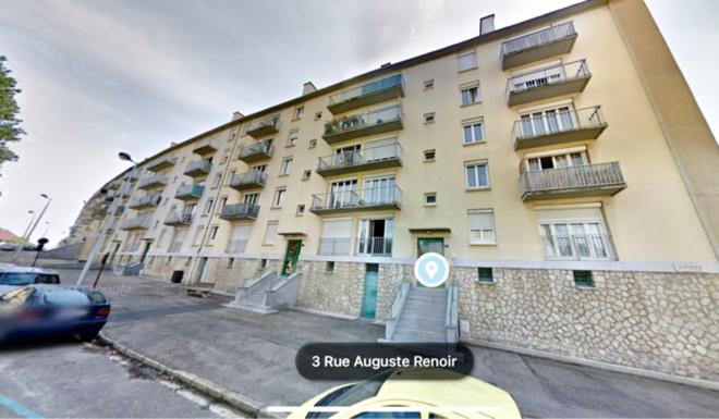 Le quinquagénaire est mort après s'être laissé tomber dans le vide depuis son balcon au troisième étage de cet immeuble - Illustration @ Google maps