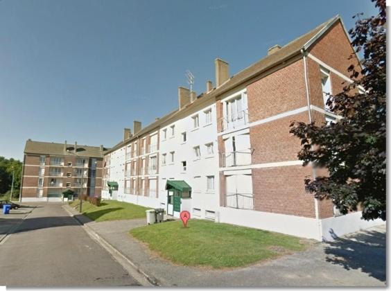 C'est devant le n°12 de la rue du Jura, où il demeure à Oissel, que le jeune homme a essuyé plusieurs coups de feu tirés depuis une Audi (Photo Google Maps)