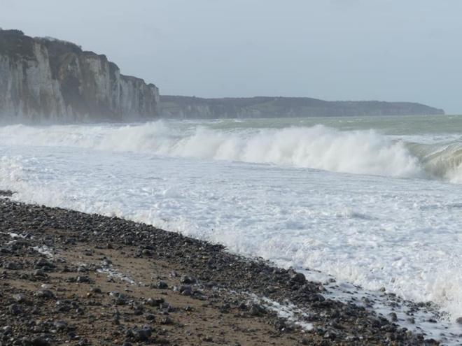 Des vagues pouvant atteindre 4 mètres sont annoncées en Manche - Illustration © I.C.