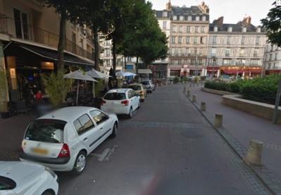 Le groupe de SDF se trouvait à cet endroit de la place du Vieux Marché lorsque la passante a été attaquée par un de leurs chiens (Google Maps)