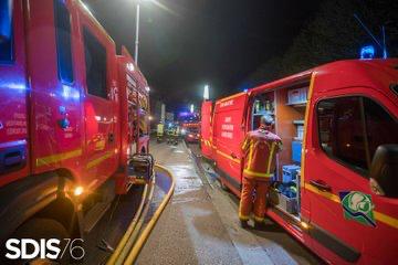 Des moyens importants ont été engagés : 40 sapeurs-pompiers et 30 engins ainsi qu'une équipe spécialisée en sauvetage-déblaiement et une équipe cynophile - illustration @ Sdis76