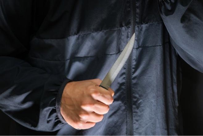 Le jeune homme a reçu au moins un coup de couteau au niveau du dos - illustration © iStock