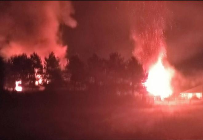 Deux bâtiments distincts étaient en feu à l'arrivée des secours - photo @ Sdis76