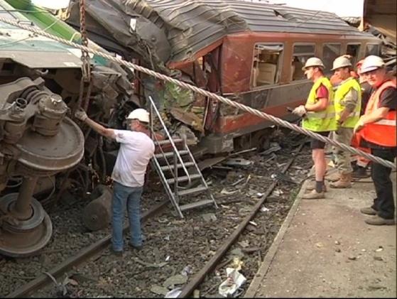 Experts et agents de la SNCF sont à pied d'oeuvre depuis vendredi soir pour tenter de comprendre les circonstances de ce déraillement en gare de Brétigny (Photo SNCF)