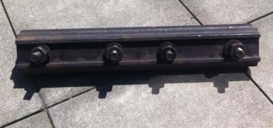 L'éclisse est une petite pièce métallique qui sert à relier les rails entre eux (Photo SNCF)