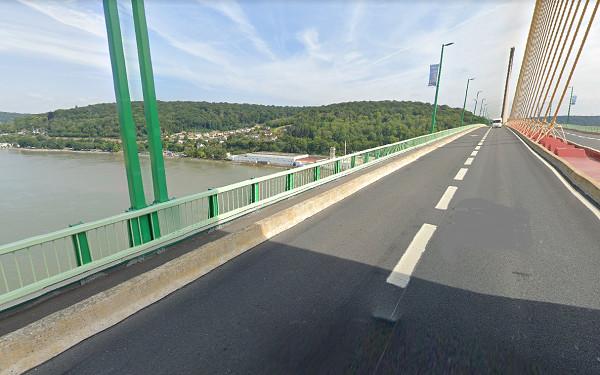 Le véhicule a été découvert stationné sur le bas-côté des voies au milieu du pont de Brtonne - Illustration © Google Maps
