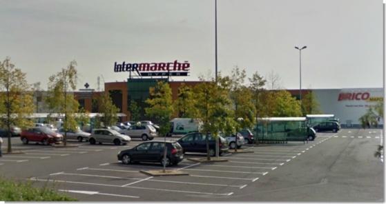 Le centre commercial Les Tulipiers, qui abrite l'hypermarché Intermarché, n'est pas dans un quartier isolé de Saint-Marcel (Google Maps)