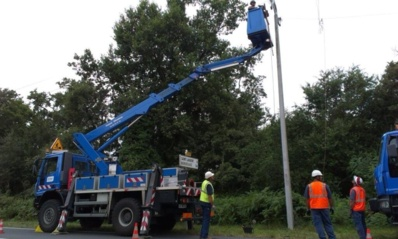 Les techniciens d'ErDF travaillent d'arrache-pied depuis samedi soir pour réparer les lignes endommagées par la tempête (photo ErDF)